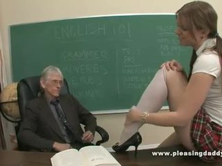 Mlada šolarka zajebal s ji old učitelj