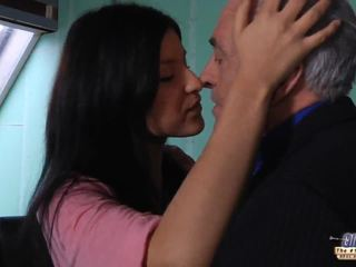 Γριά δάσκαλος gets ένα σεξ διακοπή από νέος μαθητής/ρια