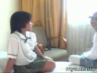 Two ado lesbienne asiatique filles baise autour