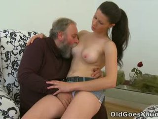Simona on flattered tämä tämä ikäinen henkilö likes kohteeseen viettää jotkut perverssi aika kanssa tämä chabr