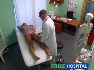 Fakehospital 汚い 熟女 セックス addict gets ファック バイ ザ· 医師 同時に 彼女の 夫 waits