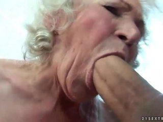 Pechugona abuelita gets su peluda coño follada