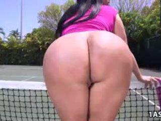 Gorda culo kiara mia gets follada en un tenis corte