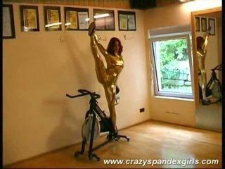 Akrobatisch mieze reveals jugs