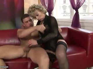 Matang si rambut perang enjoys keras seks