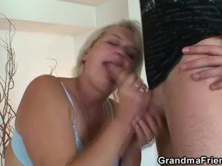 Starý blondýna pleases two studs