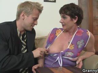 Gammel kvinne jumping på hans stor meat