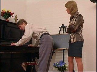 Starší klavír učitel dominates ji studentská