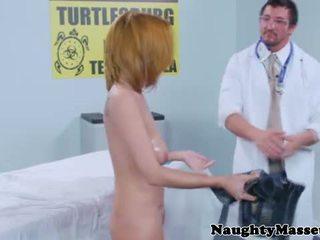 实 masseur massaging 胸部