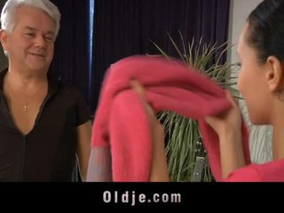Fiatal lányok dances trágár -val oldman