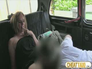 Caldi amatoriale accidentally pissed taxi seats e pays bello sesso per esso