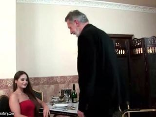 Cathy heaven enjoys kön med gammal människa