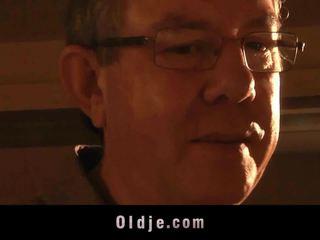 पुराना आदमी shaggs एक teeny किसे thingers को फिनिश