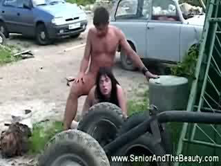 Hot brunette gets fucked against an old mobil by antik dude