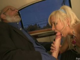 性感 金發 kacey jordan blows an 奇妙 怪物 10 pounder 內 該 汽車