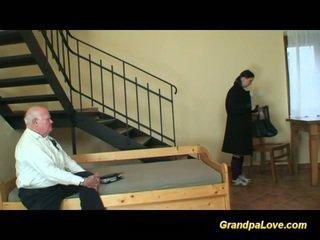 Avô em amor com jovem jovem grávida