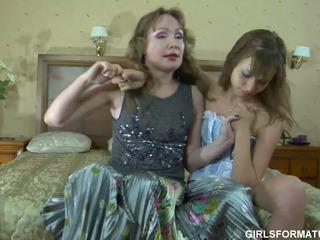Ozko rit mlada lezzie in ji vroče momma having fun v spalnica