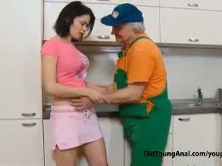 调皮 青少年 女孩 pays an 老 repairman 为 工作 同 她的 年轻 紧 混蛋
