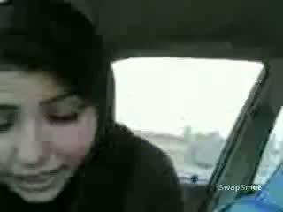 Arab বালিকা swallows কাম মধ্যে ঐ গাড়ী ভিডিও