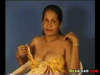 인도의 aunty 전시 떨어져서 그녀의 가슴