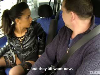 Maduros homem e magrinha jovem namorada em o carro.