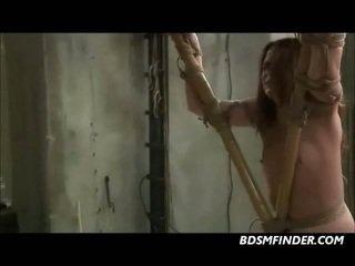 Вързани към bamboo и getting а чукане с пръчки
