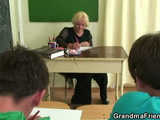 Two studs joder viejo escuela profesora