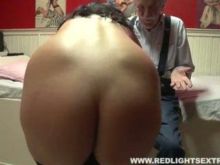 Vanha mies visits prostituoidun