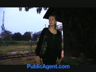 Cô gái tóc vàng thiếu niên fucks công khai agent