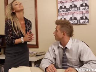 Bigtitted abbey brooks bump en oficina