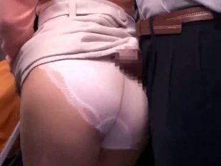 Jeune mère reluctant public bus orgasme