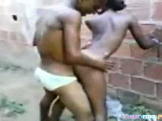 2 africanos fodendo bir garota em um beco