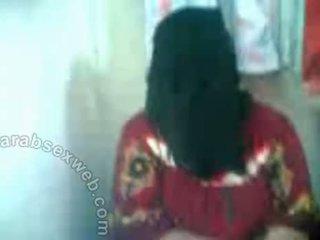 Arab hottie 在 hijab exposes pussy-asw577