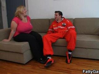 Het stora vackra kvinnor gets screwed på den soffan