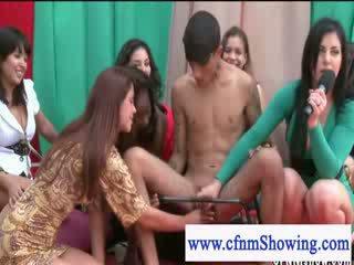 Cfmn meitenes spēlēt ar guys dzimumloceklis uz publisks
