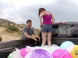 Hitchhiker having ao ar livre sexo em o de volta de o carro