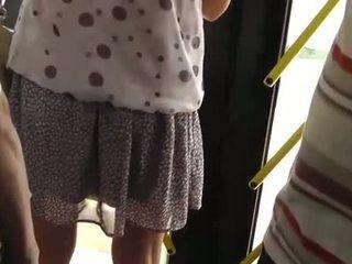 Spying pada yang panas gadis di yang bas