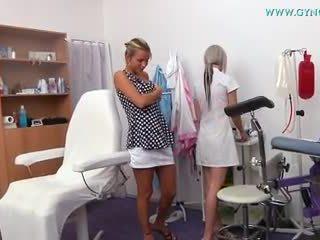בלונדינית נערה went ל שלה gynecologist ל regular בחינה