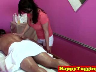 Didelis titted azijietiškas tugging masseuse