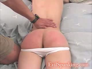 Seksuālā mazulīte roka spanked par viņai gulta