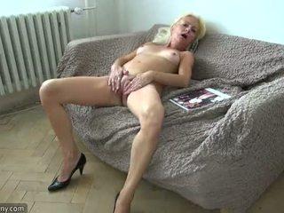 Oldnanny blonda matura și sclav bruneta adolescenta masturband-se