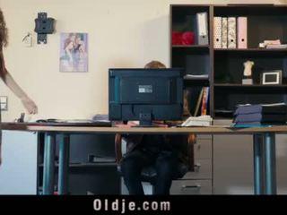 Seksuālā jauns sekretāre blackmails viņai vecs boss par netīras jāšanās sejas masāža <span class=duration>- 6 min</span>
