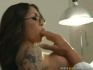 Adrenalynn recieves một tươi load của cum trên cô ấy juicy miệng