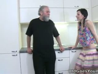 Karina kneels before both of her men and takes their gutarmak all over her mouth and süýji emjekler