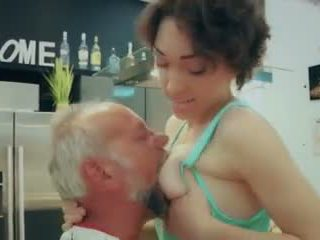 Cutie σχολείο κορίτσι πρώτα χρόνος γαμήσι γριά άνθρωπος closeup σπέρμα καταπίνοντας βίντεο