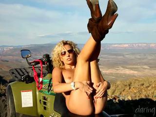 Kiara diane goes trong các mountain và masturbates trên cô ấy 4x4
