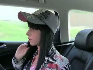 Amateur gets bouche pleine de route en fake taxi