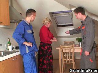 Oud oma offers haar poesje als een payment