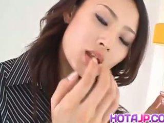 Risa murakami με πλούσιο στήθος sucks και licks tool