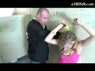 험악한 금발의 소녀 getting 수갑 고양이 rubbed 와 baton giving 입 용 그만큼 보안 guard 에 그만큼 공공의 toilette